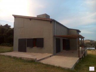 Locales/Oficinas en Venta en Tandil - Planta baja: sal�n con mesas y sillas, cocina, 2 ba�os. Planta alta: habitaci�n con un ba�o completo.