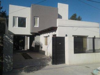 Casas en Venta en Tandil - COMPUESTA DE LIVING AMPLIO, COCINA SEPARADA, 4 HABITACIONES, 3 BA�OS, QUINCHO SEMI ABIERTO, AMPLIO PATIO VERDE CON UNA PILETA, ENTRADA PARA 2 AUTOS CON PORTON AUTOMATICO